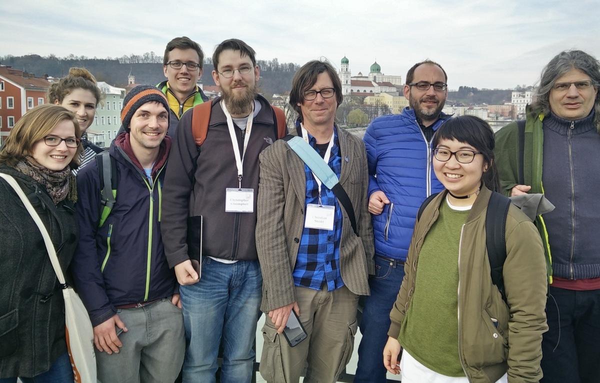 Gruppenfoto von Mappern, im Hintergrund der Passauer Stephansdom