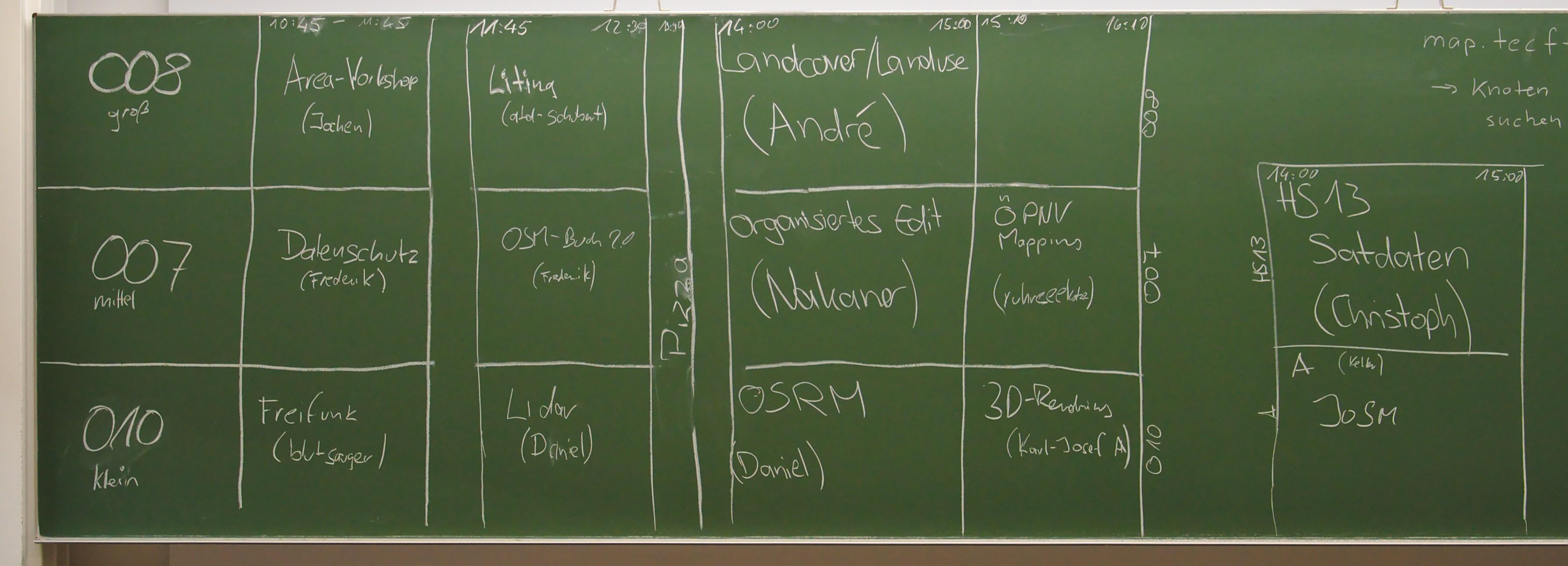 Tafel mit Zeitplanung des OSM-Samstags